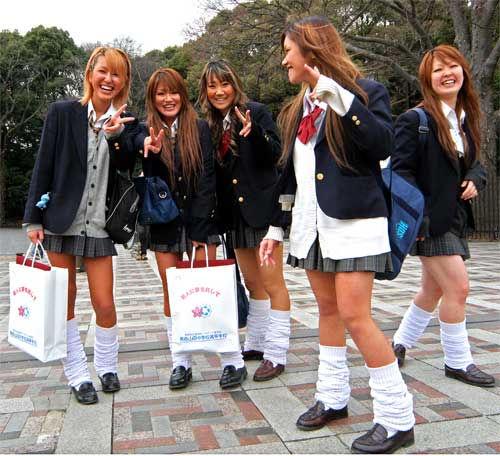 Ragazze Giapponesi in una piazza in Italia